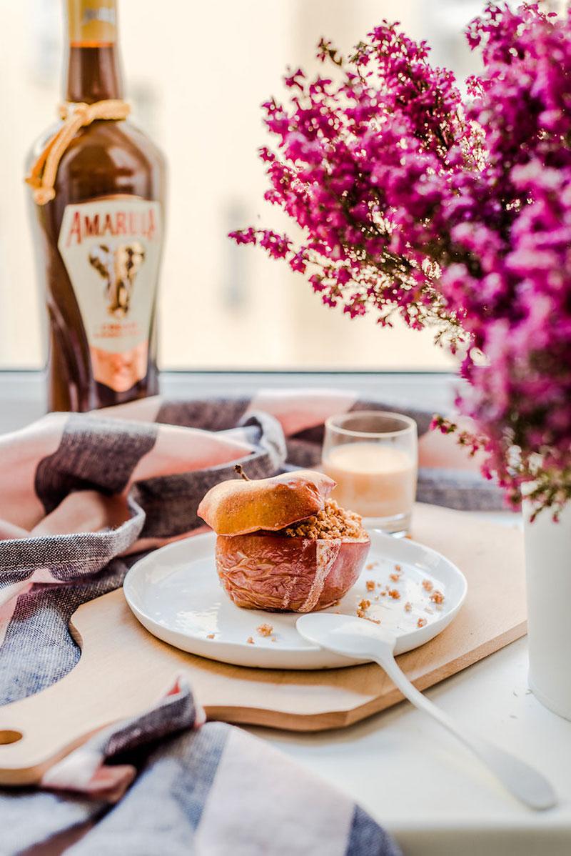 Süßer Bratapfel mit Amarula-Keks Kern